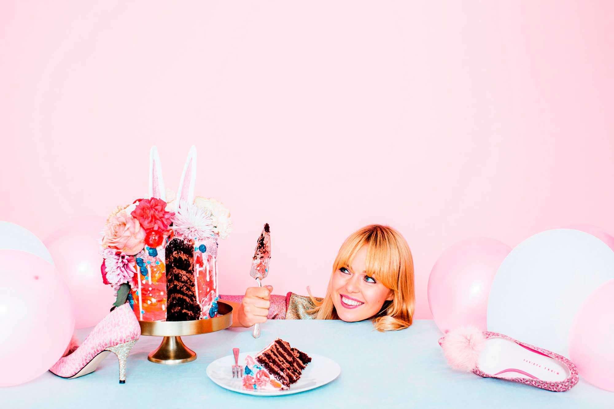 Kuva julkaistu Helsingin juhlaviikkojen julkaisussa 2016. Kuvauksia varten suunniteltu ja valmistettu kakku. Kuvan ottanut Maria Moulud.